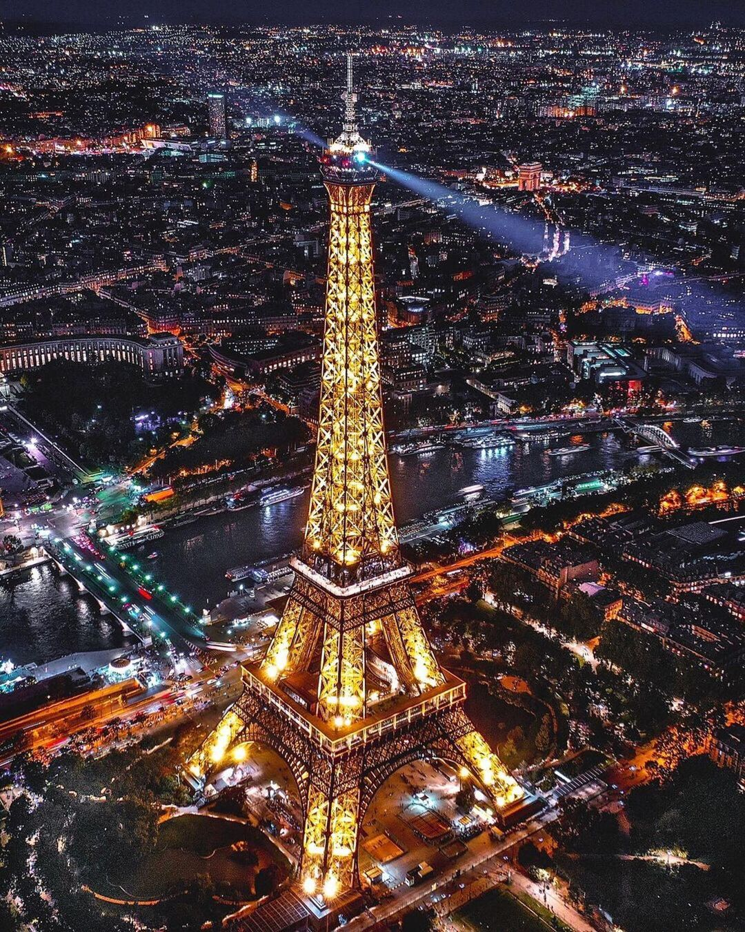 pic of eiffel tower at night from above petiteinparis