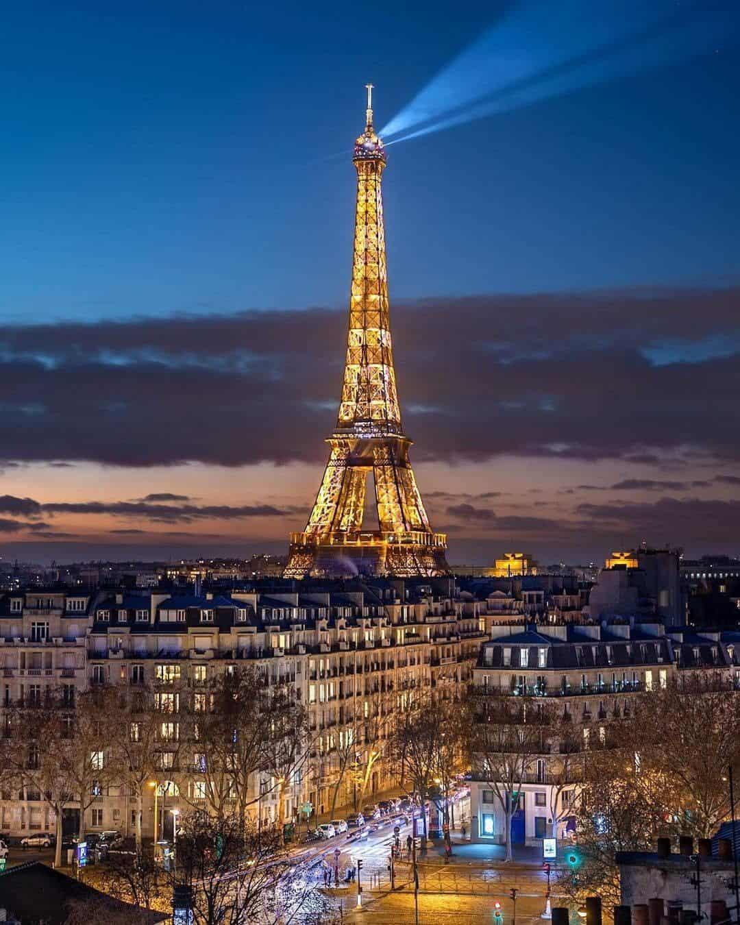 paris pic at night of eiffel tower petiteinparis