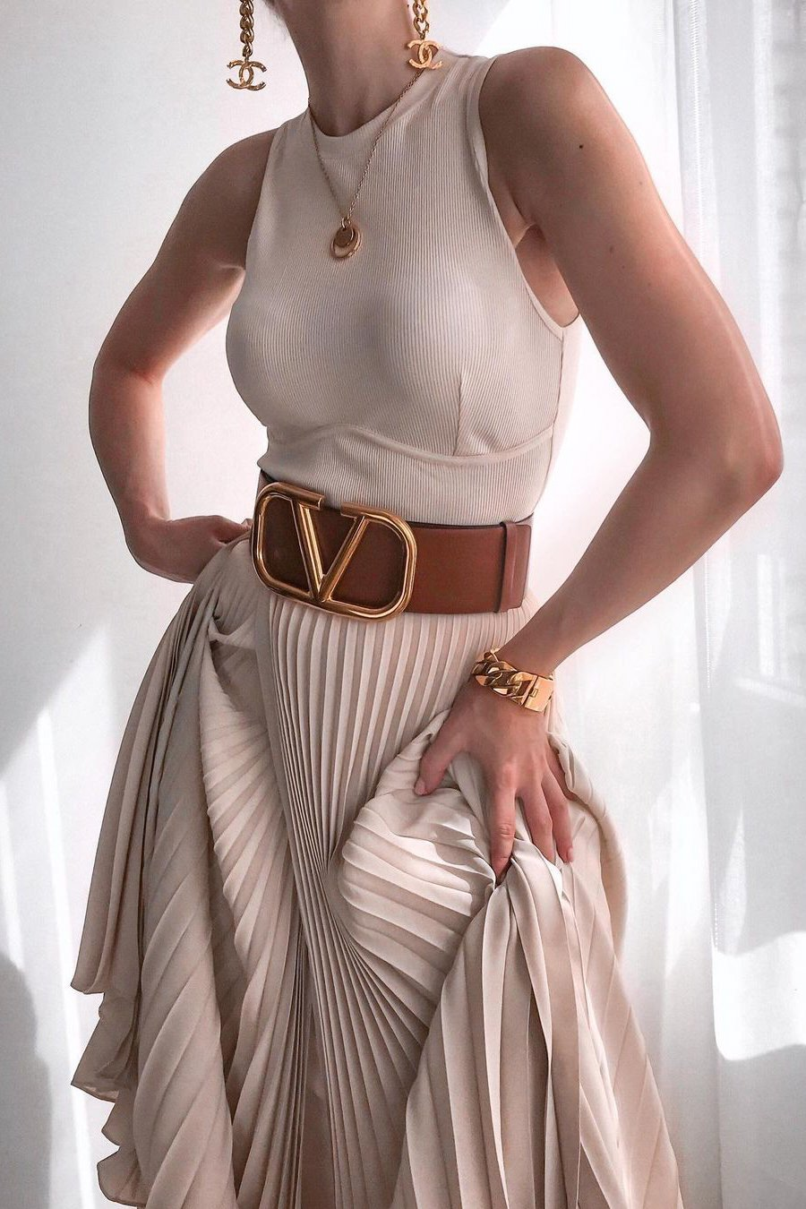how to style a beige pleated skirt fashion blogger